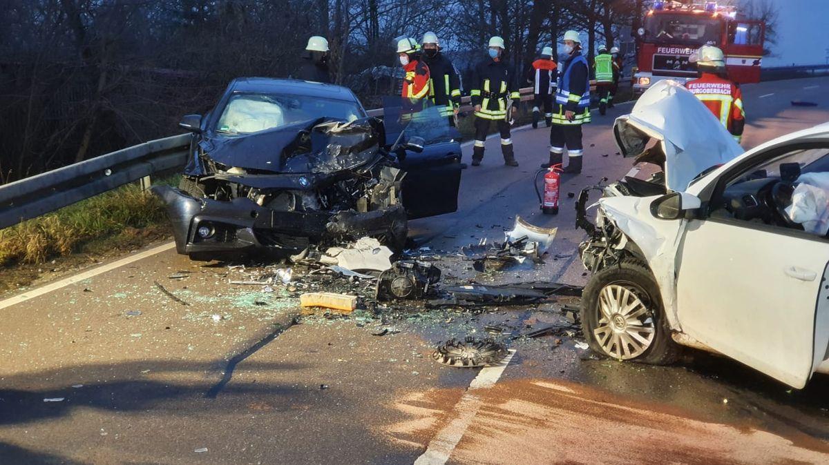 Unfallfahrzeuge nach Frontalzusammenstoß