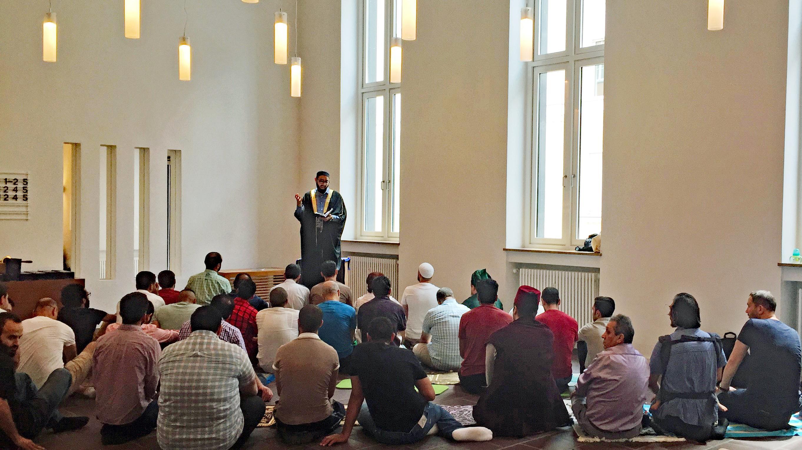 Imam Ahmad Popal predigt 2017 vor den Besuchern des Freitagsgebets der MUM.