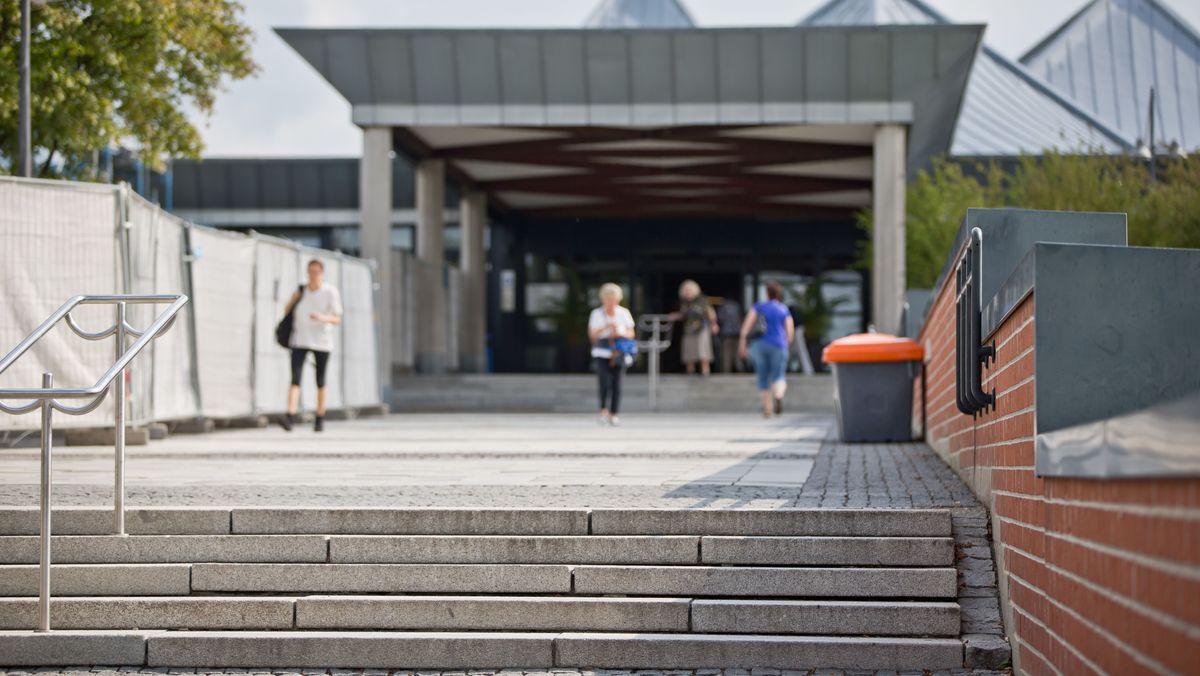 Blick auf den Haupteingang des Klinikums Bayreuth.