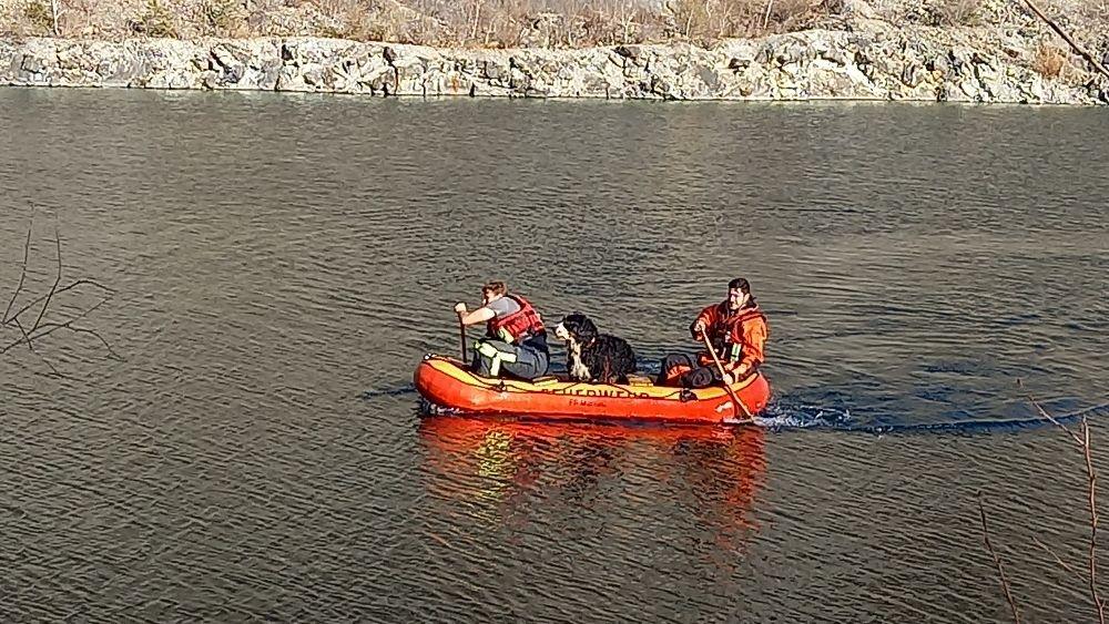 Geretteter Hund im Feuerwehrboot