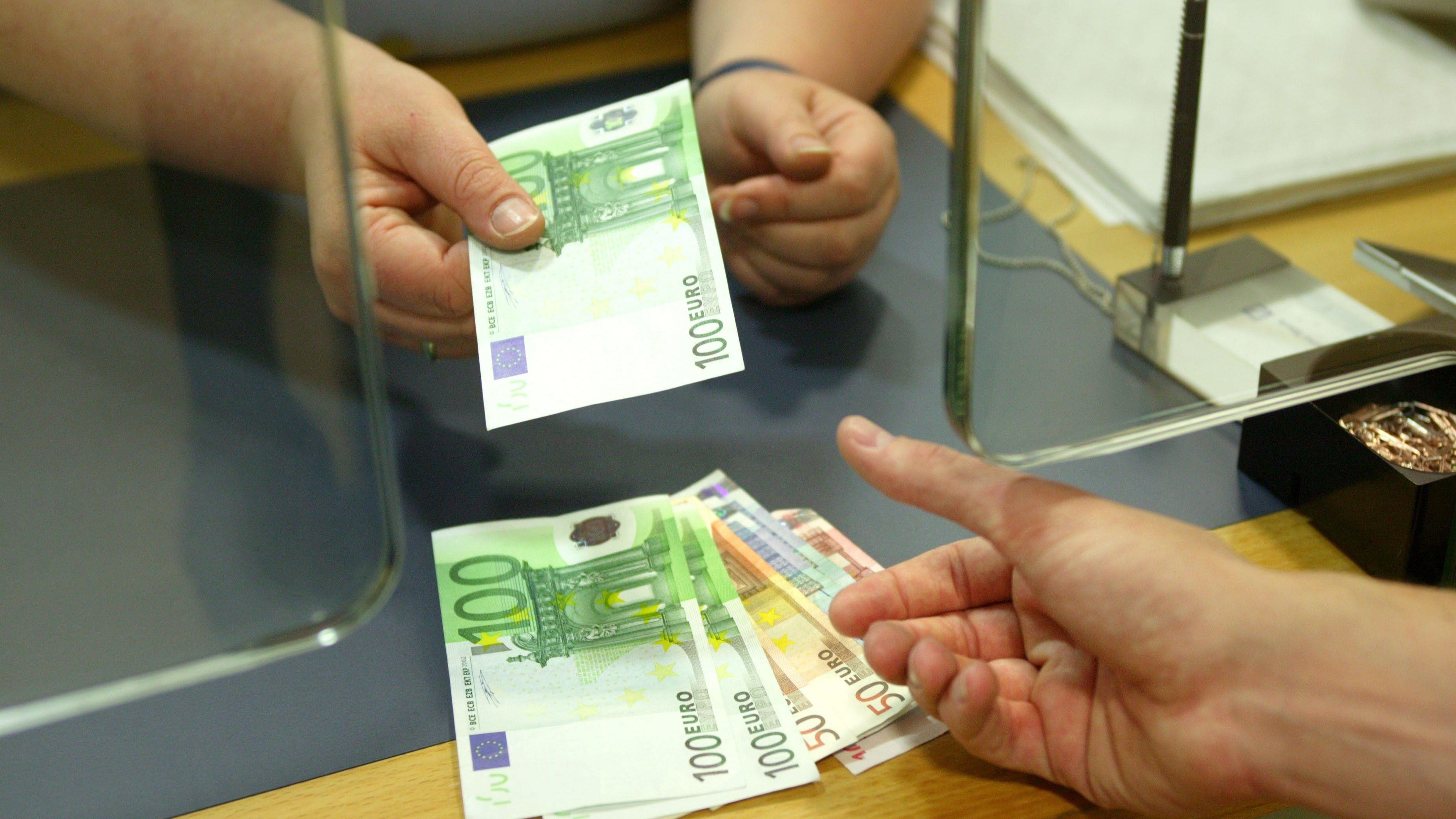 Bargeldauszahlung am Bankschalter