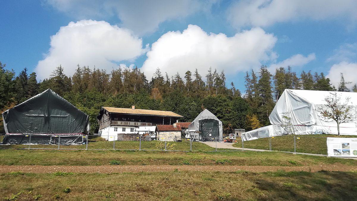 Das Waldlerdorf im Freilandmuseum: Ein Haus nach dem anderen wird in Folie verpackt und begast.