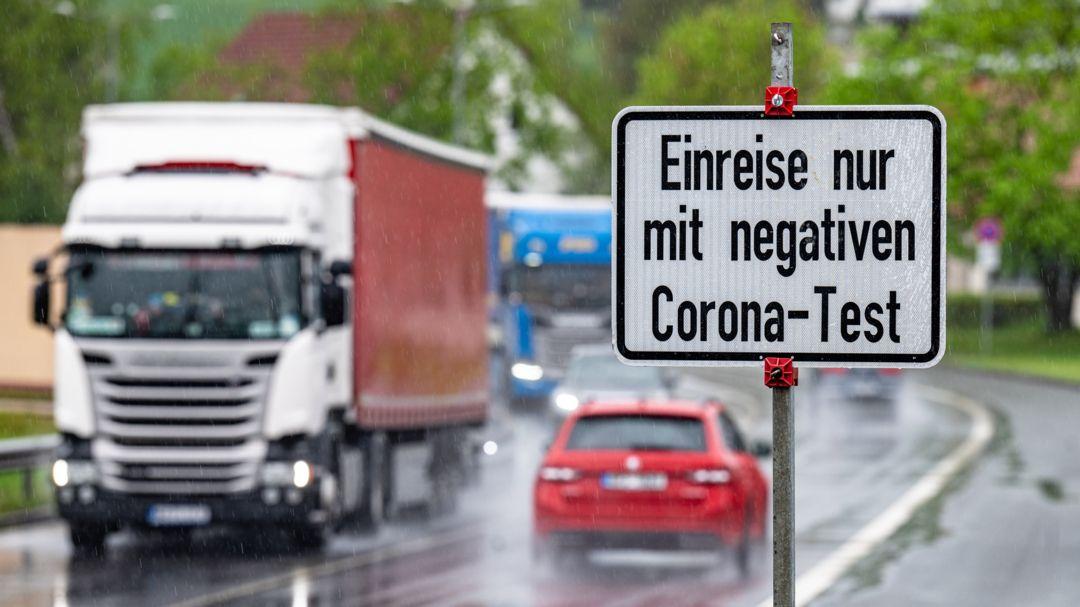 """Ein Schild mit der Aufschrift """"Einreise nur mit negativen Corona-Test"""" steht an der deutsch-tschechischen Grenze."""