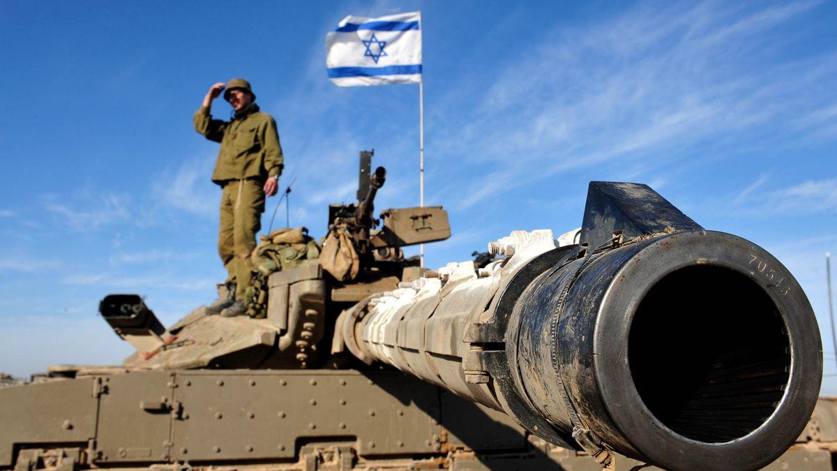 Ein israelischer Soldat auf einem Panzer.