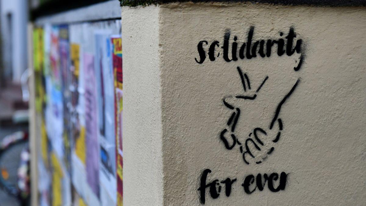 """Ein Graffiti mit der Aufschrift """"solidarity for ever"""""""