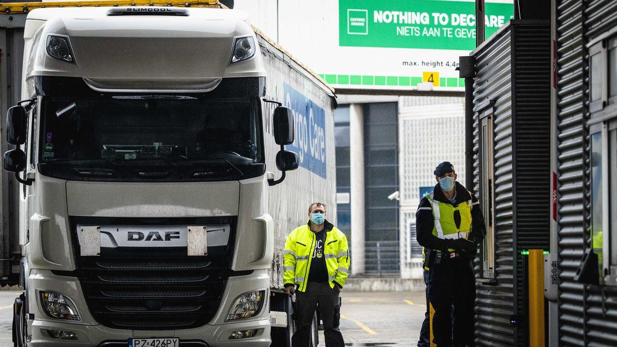 Wartender LKW an der Grenze zu Großbritannien