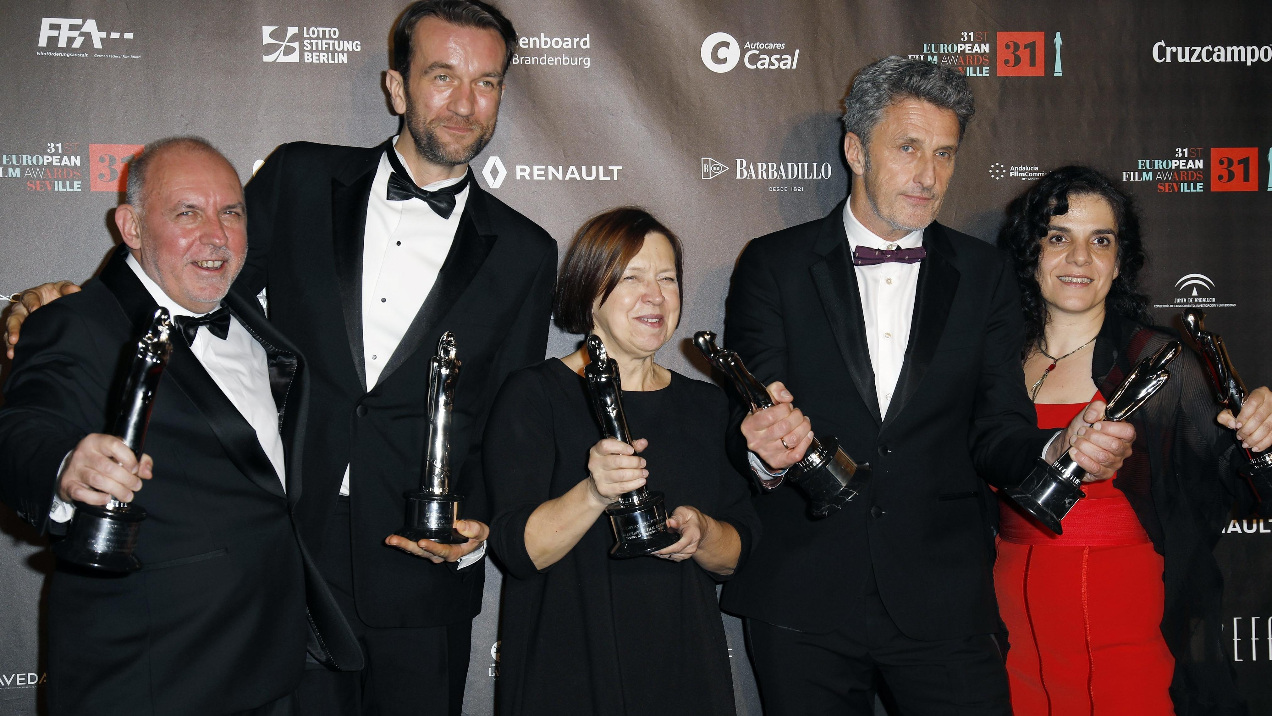 Jaroslaw Kaminski, Tomasz Kot, Ewa Puszczynska, Pawel Pawlikowski und Tanya Seghatchian bei der Verleihung des 31. Europäischen Filmpreises 2018 im Teatro de la Maestranza in Sevilla.