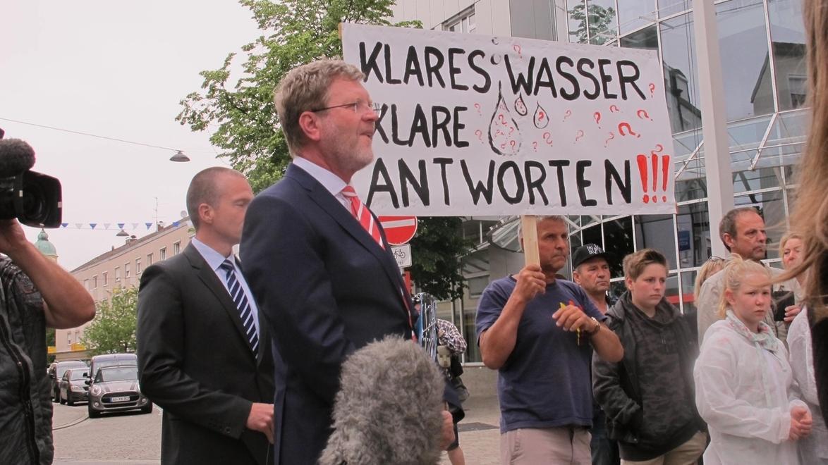 Bayerns Umweltminister Huber in Altötting bei einem Termin mit besorgten Bürgern wegen der PFOA-Belastung des Grundwassers