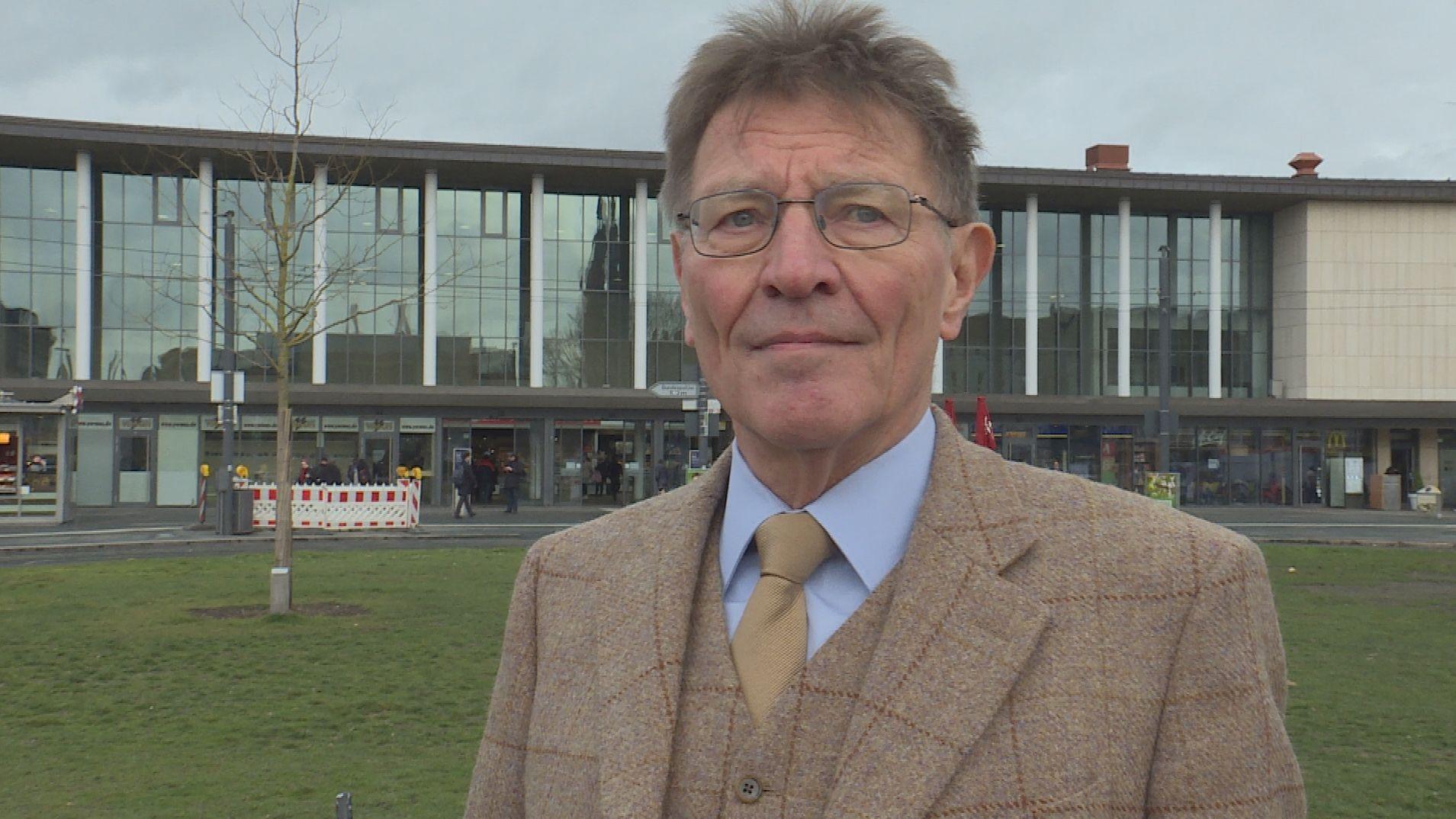 Eberhard Sinner vor dem Würzburger Hauptbahnhof