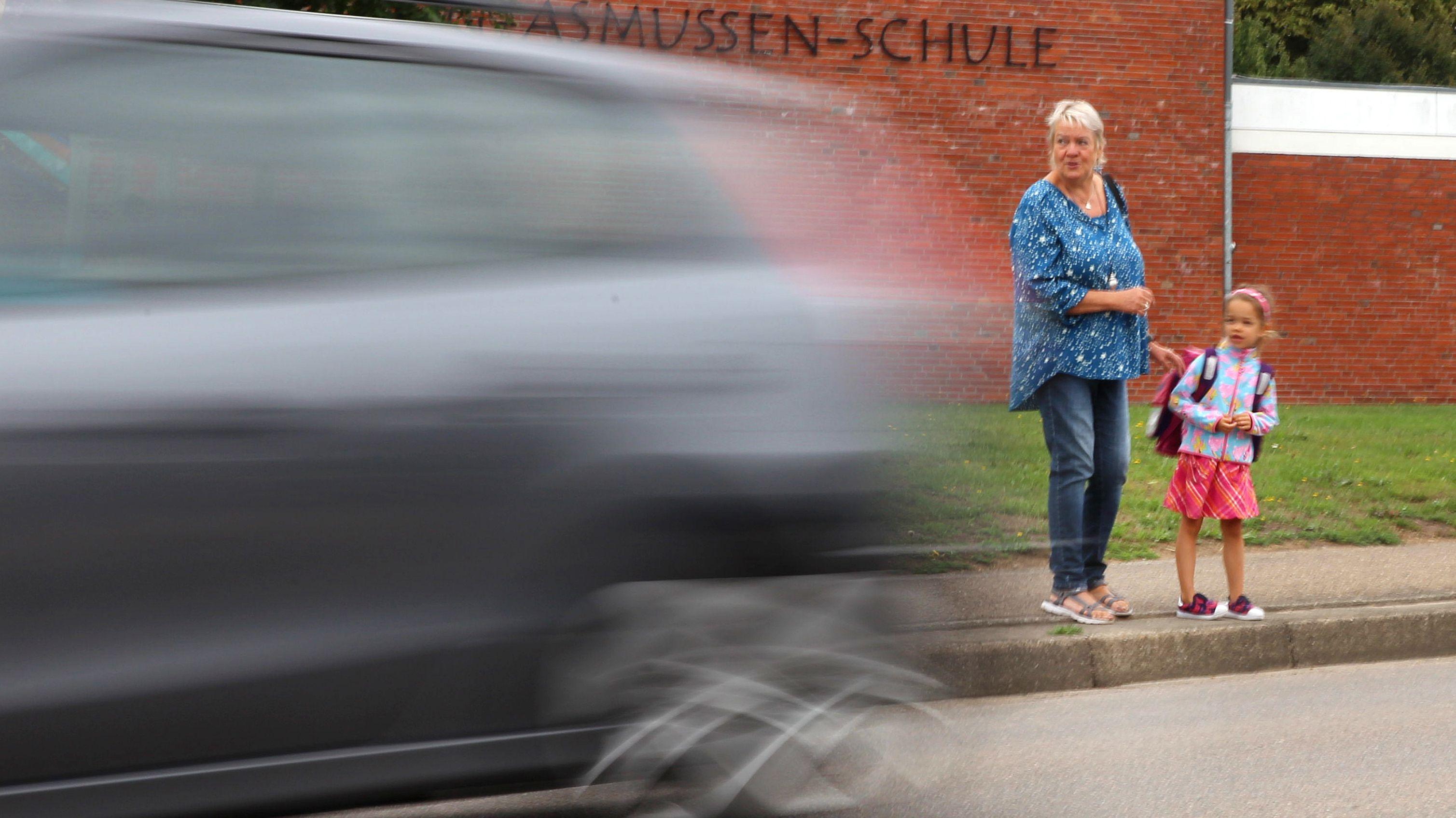 Auto rast an einer Schule vorbei