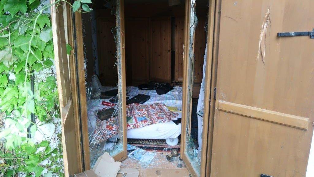 Unbekannte Täter schlugen bei einem Wochenendhaus in Dattenbach bei Simbach am Inn alle Scheiben ein.