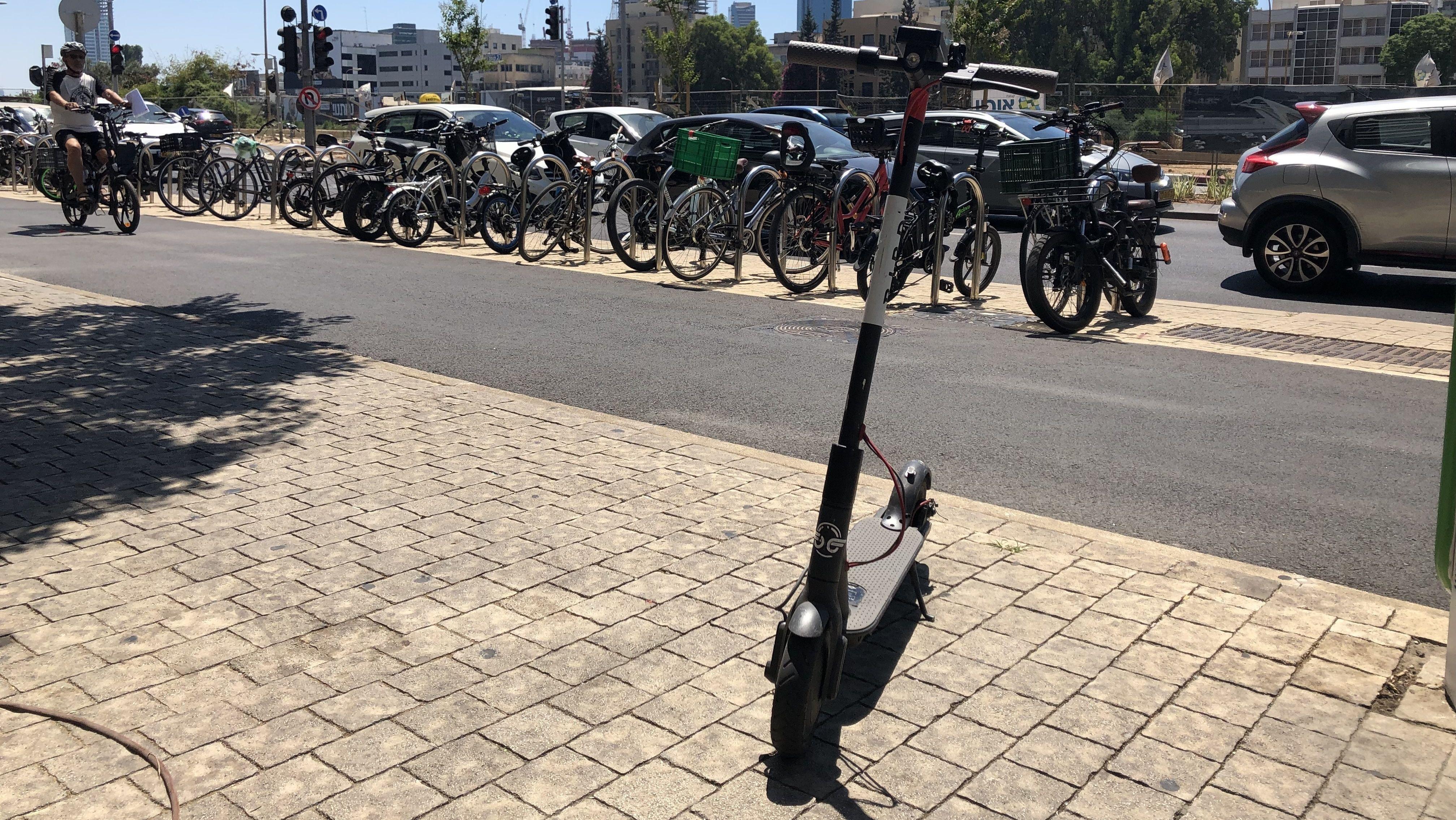 Überall in Tel Aviv sieht man gedankenlos geparkte E-Scooter, die Bürgersteige, Hauseingänge, Verkehrsinseln oder Bushaltestellen blockieren.