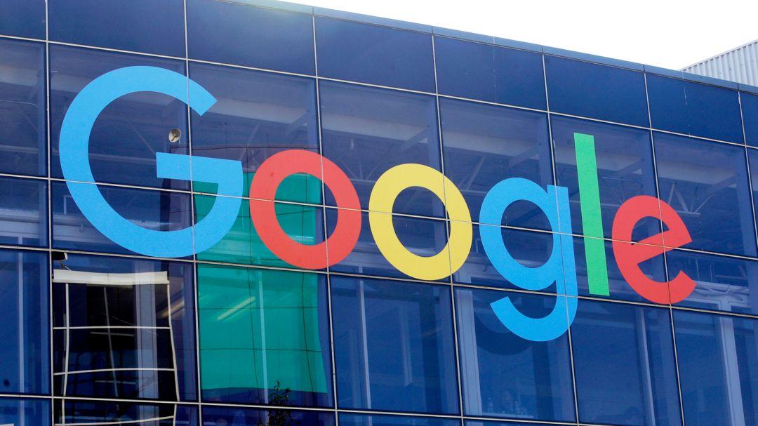 Das Logo von Google an der Fassade des Hauptsitzes des Mutterkonzerns Alphabet.