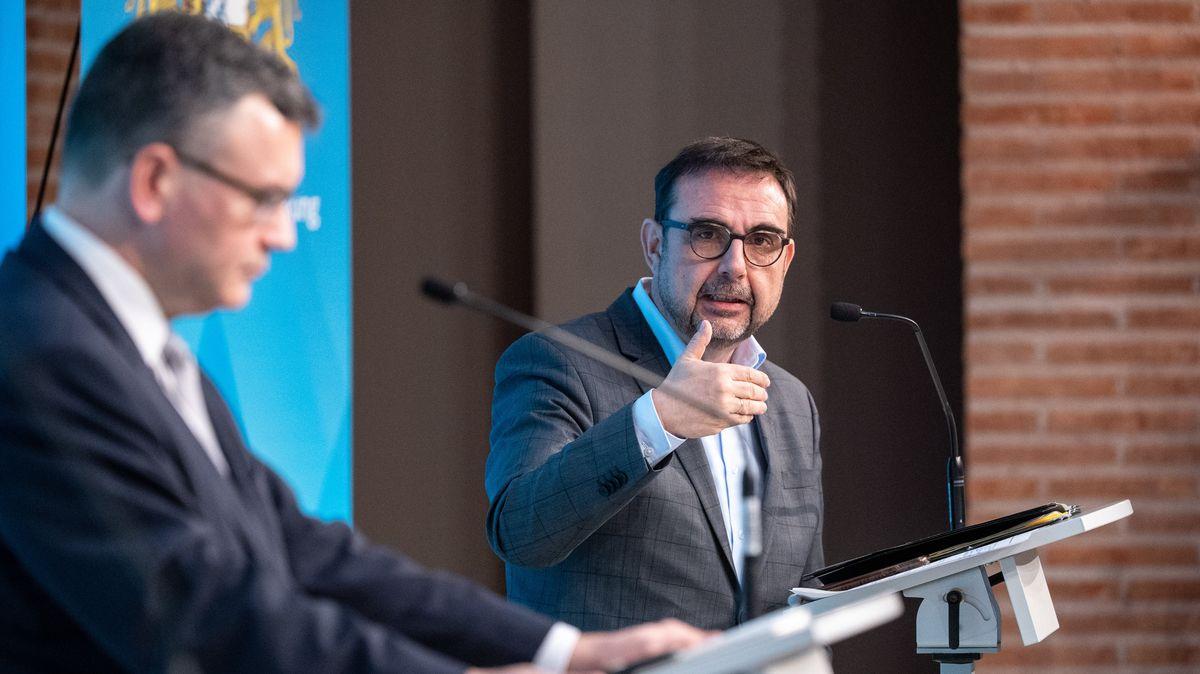 Klaus Holetschek (CSU, r), Gesundheitsminister von Bayern, spricht auf einer Pressekonferenz nach einer Sitzung des bayerischen Kabinetts im Prinz-Carl-Palais neben Florian Herrmann (CSU), Leiter der bayerischen Staatskanzlei.