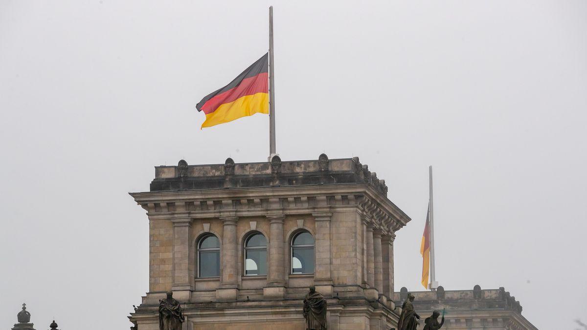 Halbmast-Beflaggung auf dem Berliner Reichstag