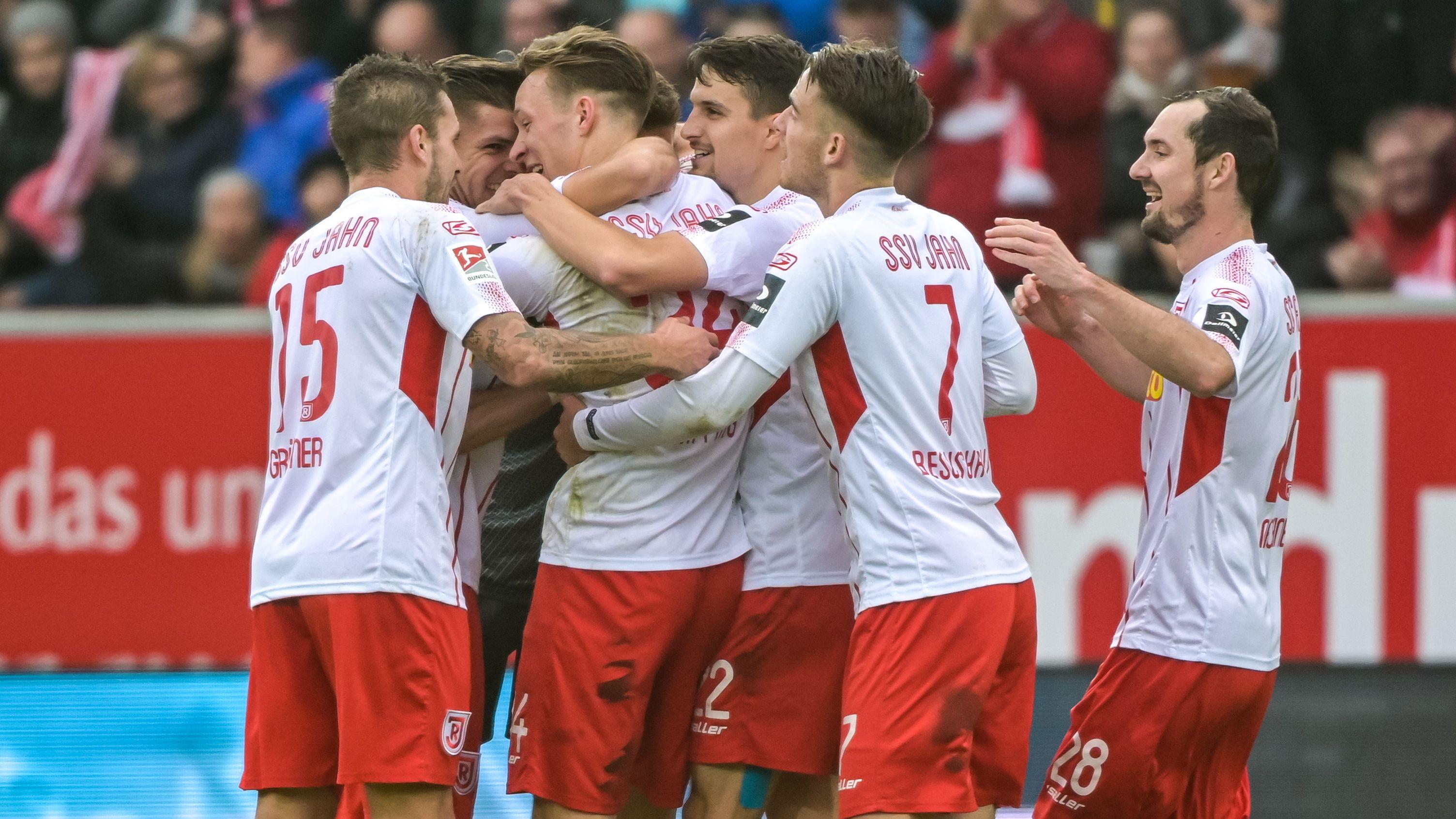 Jubel bei den Spielern vom SSV Jahn Regensburg