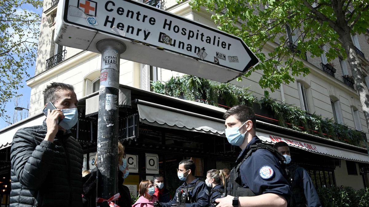 In Paris ist mindestens ein Mensch in der Nähe eines Krankenhauses durch Schüsse getötet worden.
