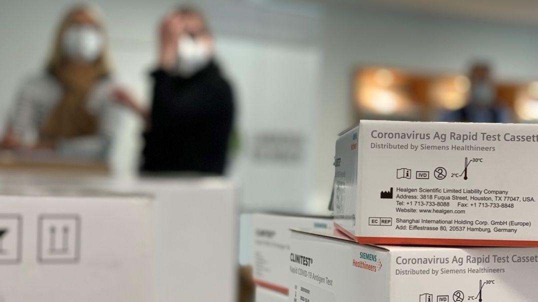 Symbolbild: Corona-Schnelltests in einem Testzentrum