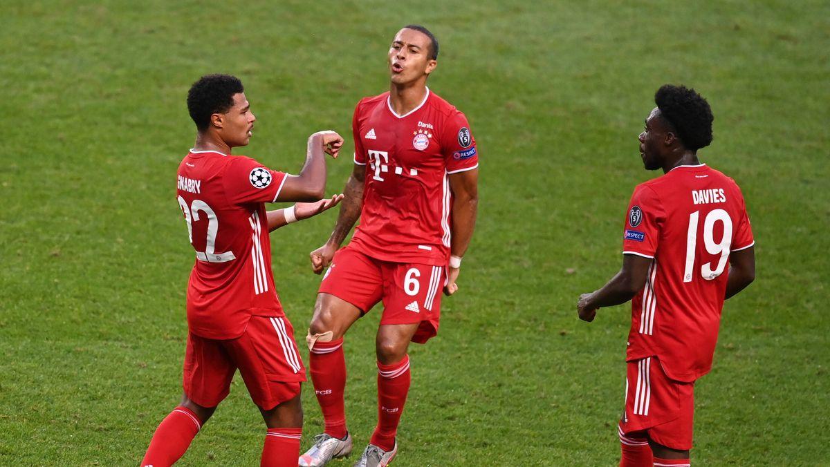 Serge Gnabry (links) nach dem 1:0 gegen Lyon mit Thiago und Alphonso Davies