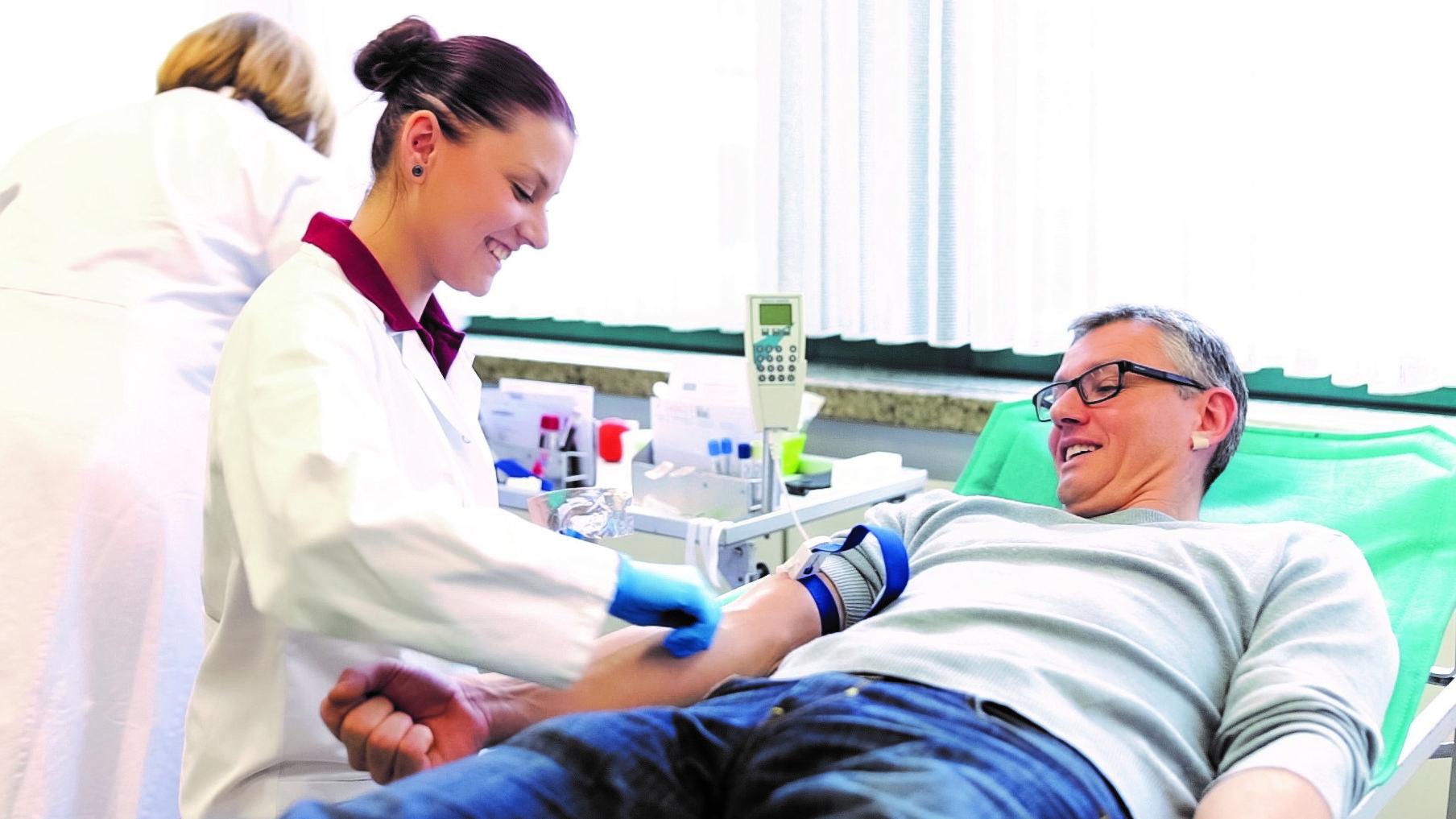 Mann bei einer Blutspende