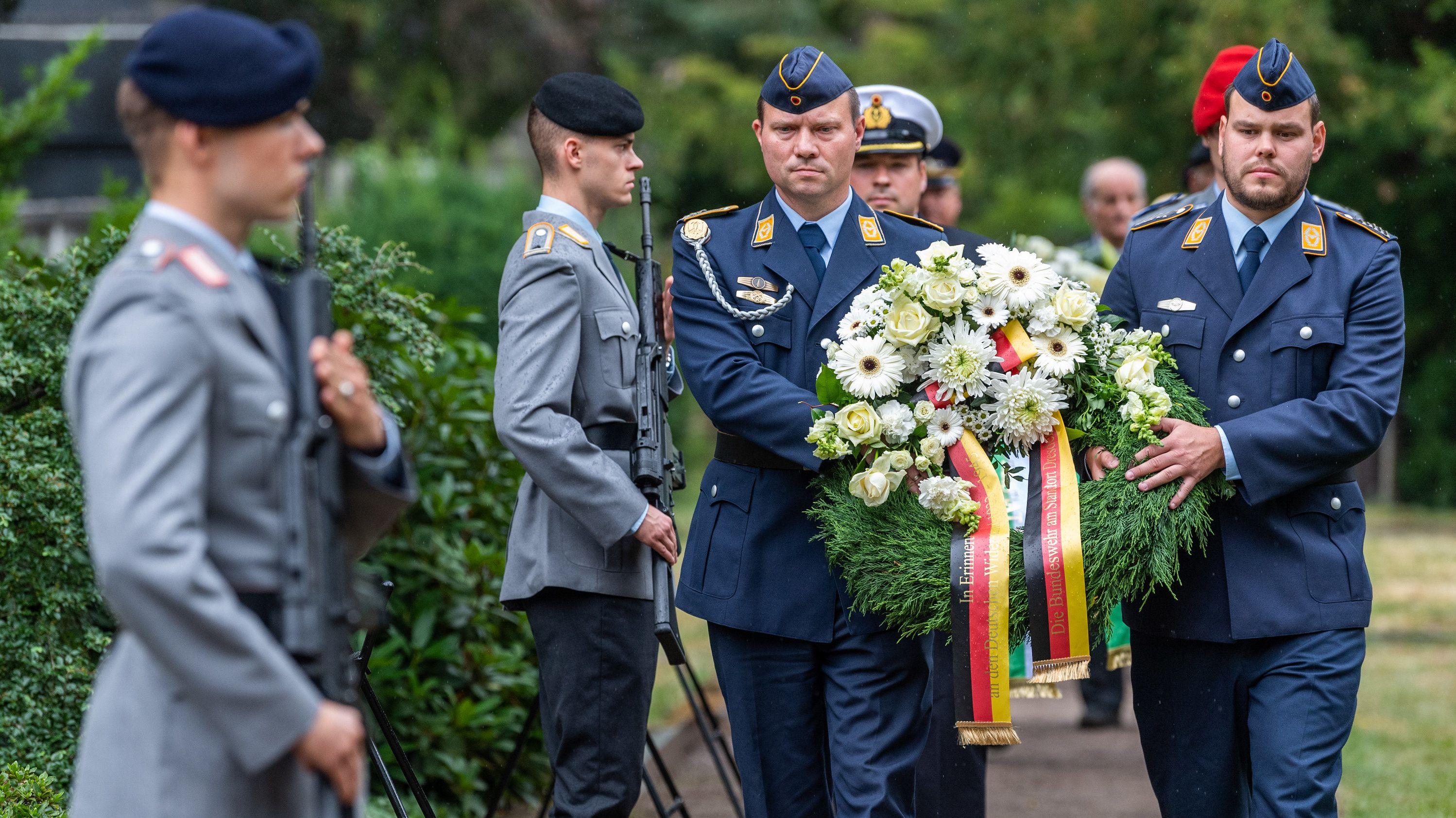 Marinesoldaten tragen beim Ehrengedenken der Bundeswehr anlässlich des 75. Jahrestages des von Claus Schenk Graf von Stauffenberg begangenen Attentates auf Adolf Hitler vom 20. Juli 1944 auf dem Nordfriedhof Kränze zu den Ehrengräbern
