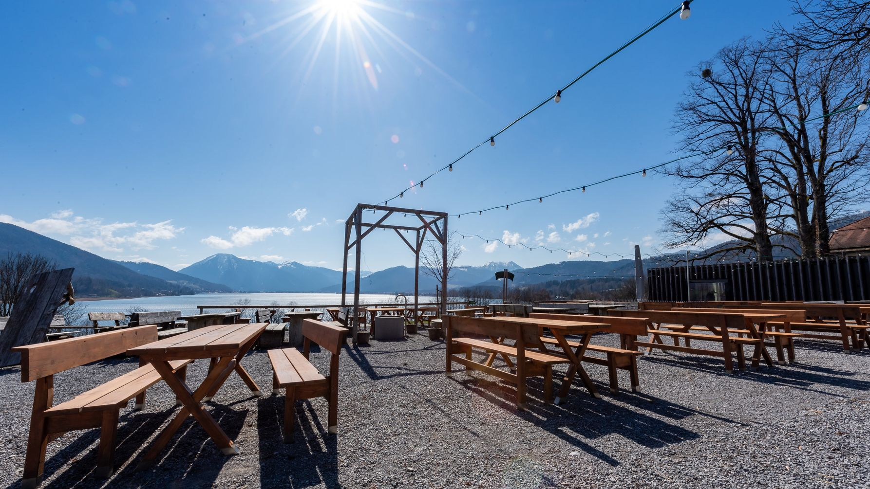 Bierbänke und Tische in Gmund am Tegernsee