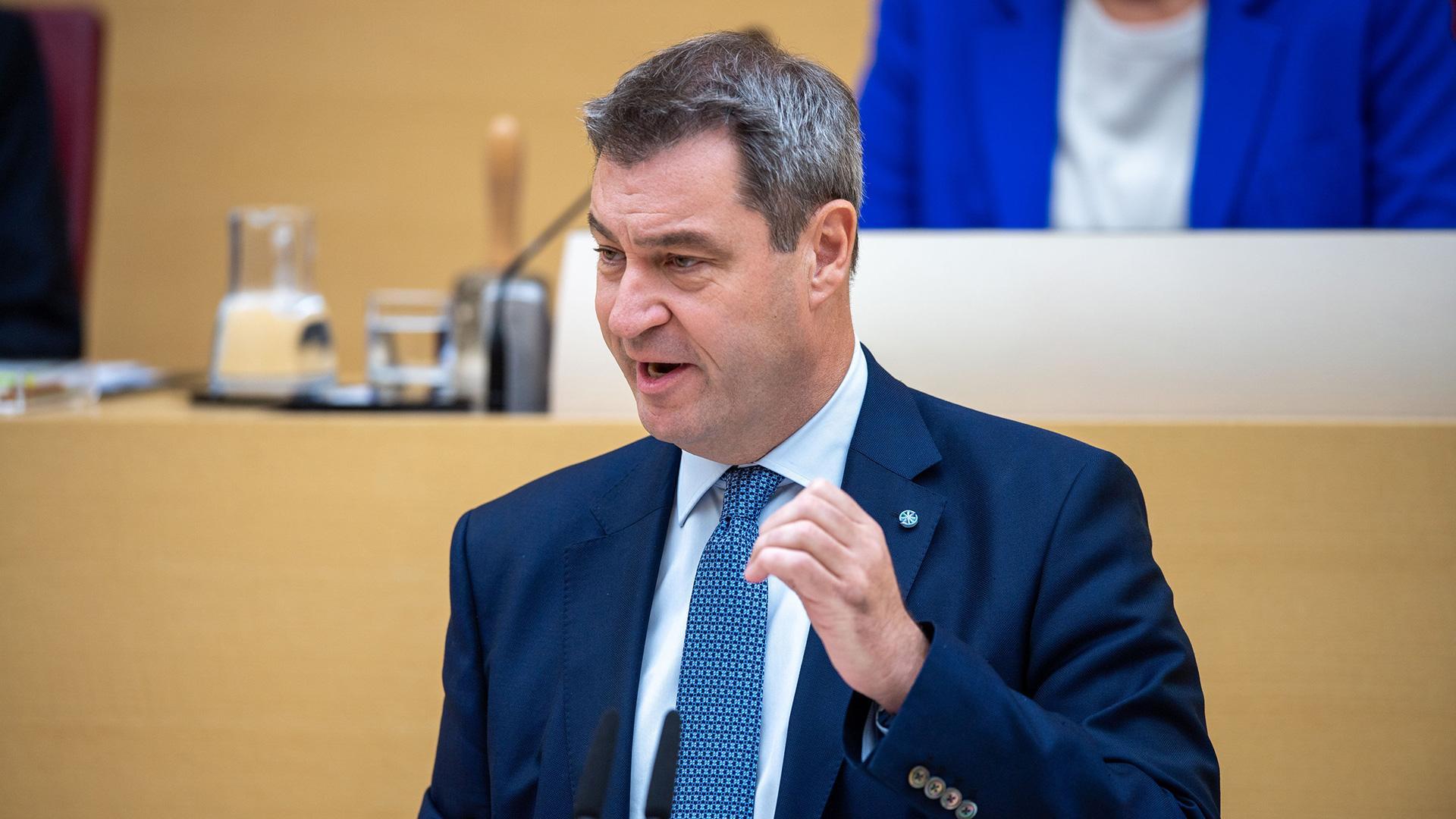 Markus Söder (CSU), Ministerpräsident von Bayern, trägt bei der Plenarsitzung im bayerischen Landtag die Regierungserklärung vor.