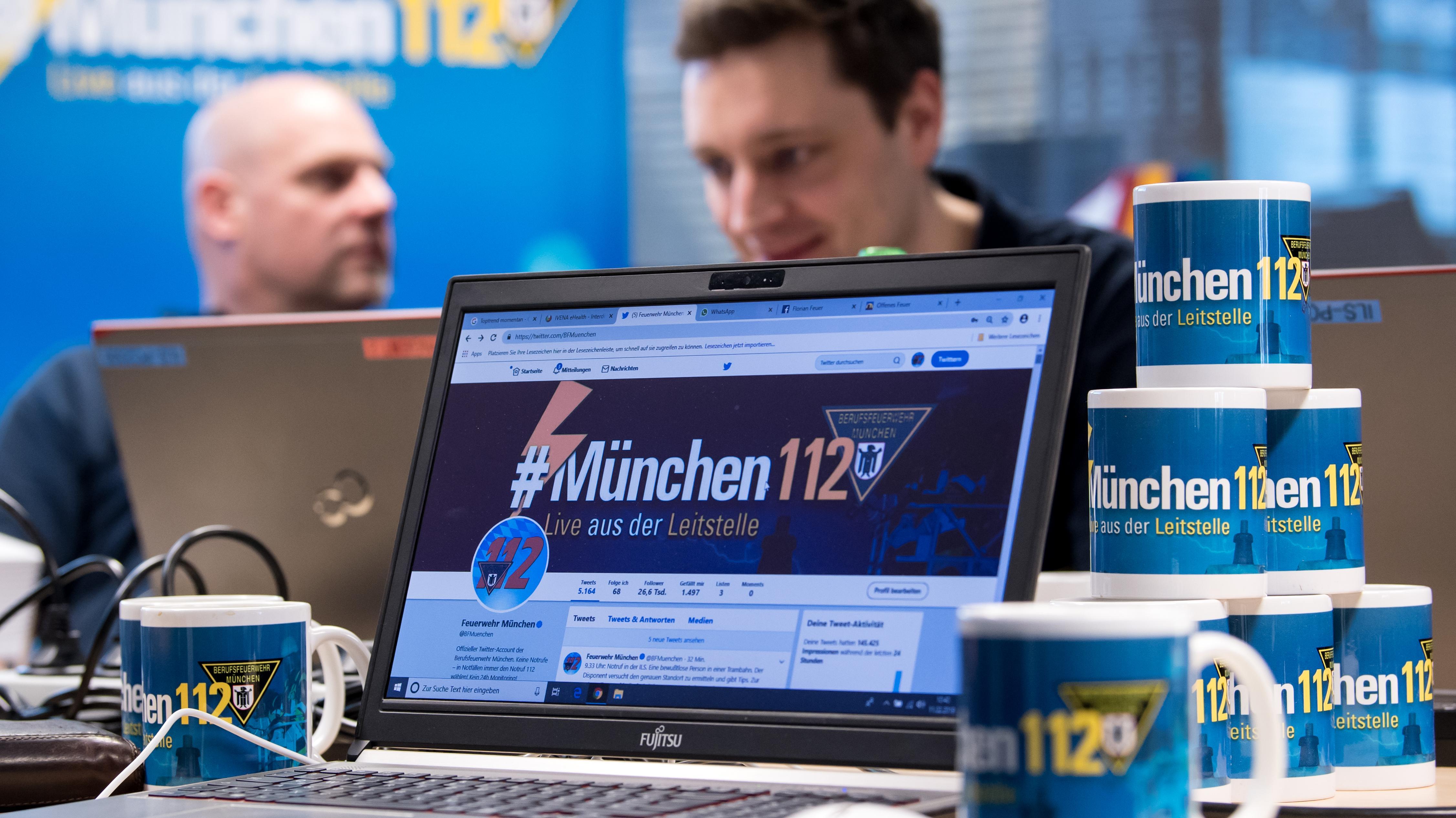 Feuerwehrmänner der Berufsfeuerwehr München twittern in der zentralen Leitstelle über ihre Einsätze