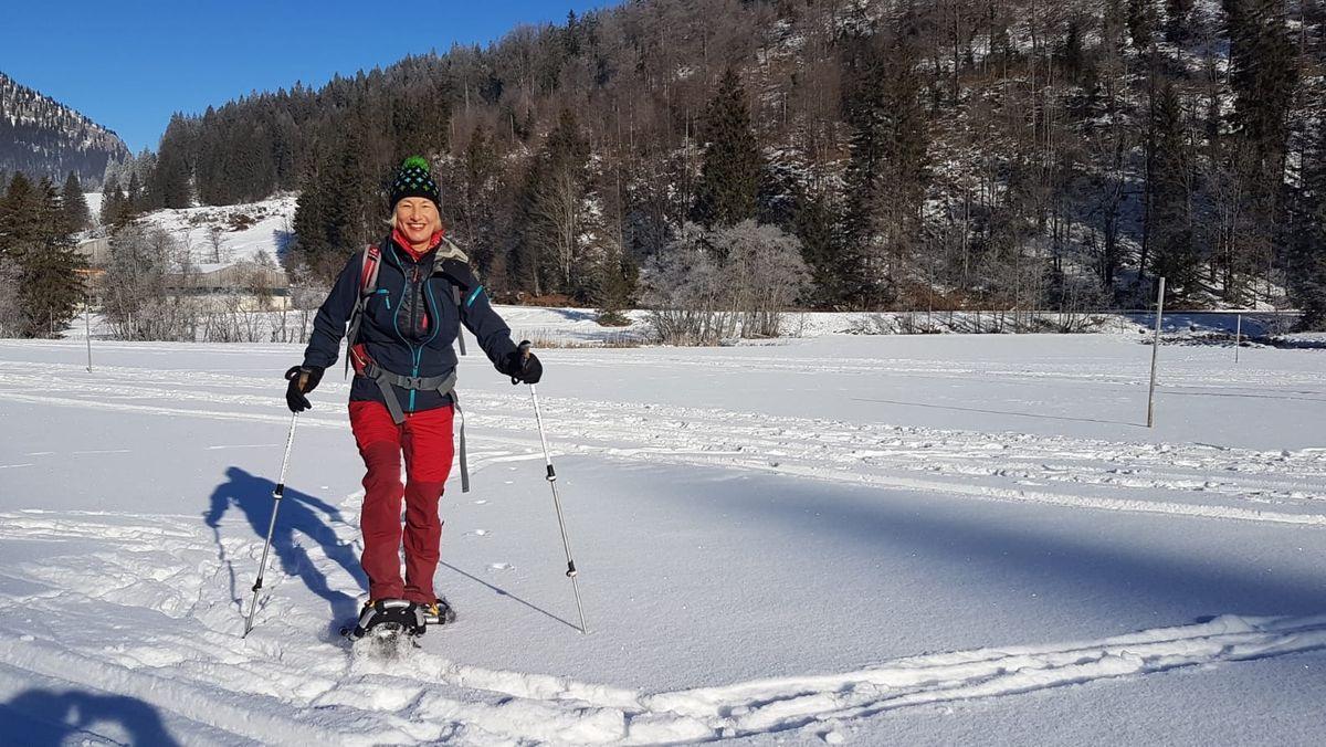 Autorin Frauke Gerbig genießt das Schneeschuhwandern