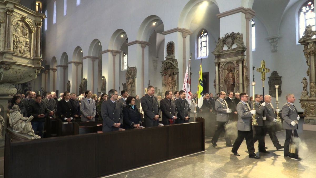 Soldaten feiern Gottesdienst zum Weltfriedenstag im Kiliansdom.