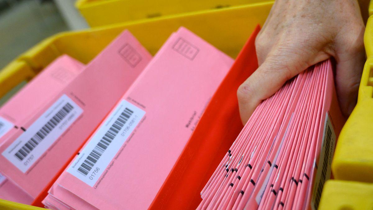Eine Postmitarbeiterin sortiert Briefwahlunterlagen bei der Landtagswahl in Baden-Württemberg im Frühjahr 2021.