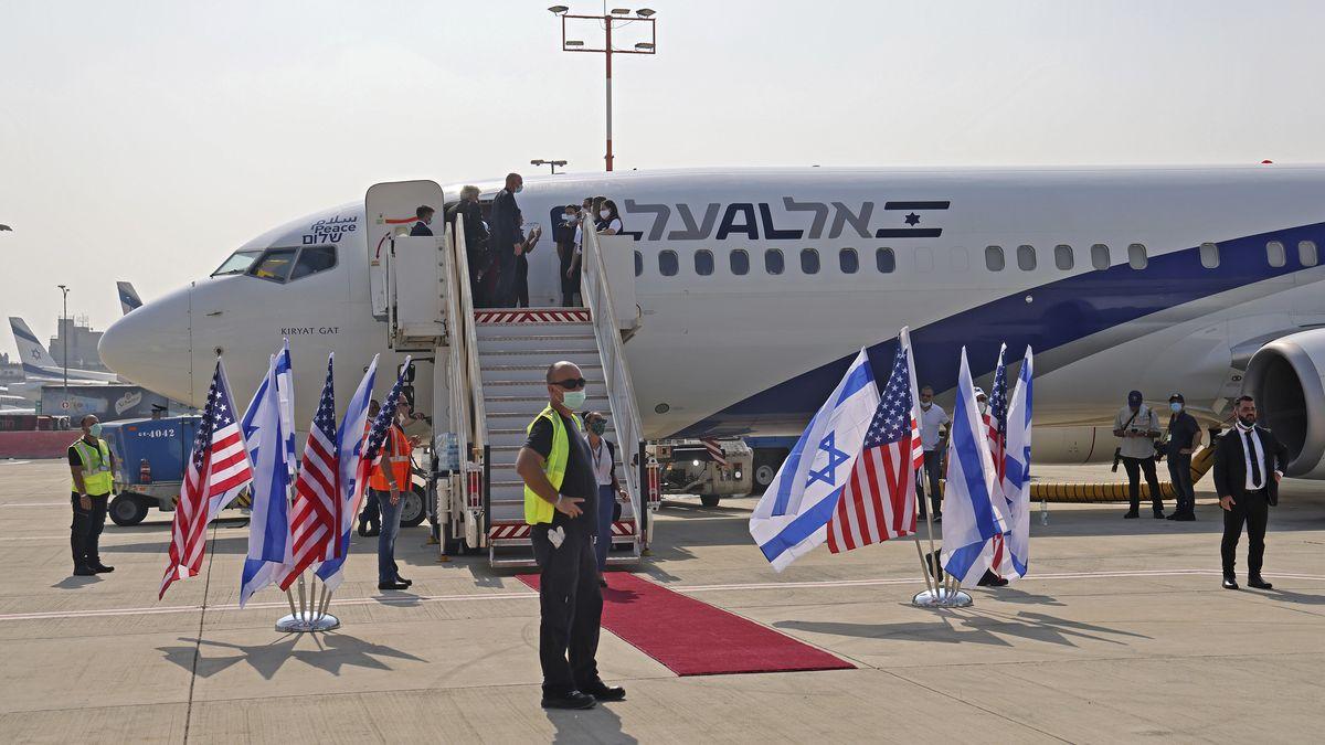 Ein Flugzeug der israelischen Fluggesellschaft El Al steht am internationalen Flughafen Ben Gurion bei Tel Aviv