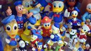 Verschiedene Donald-Duck-Figuren in der Vitrine eines Sammlers | Bild:picture-alliance/dpa