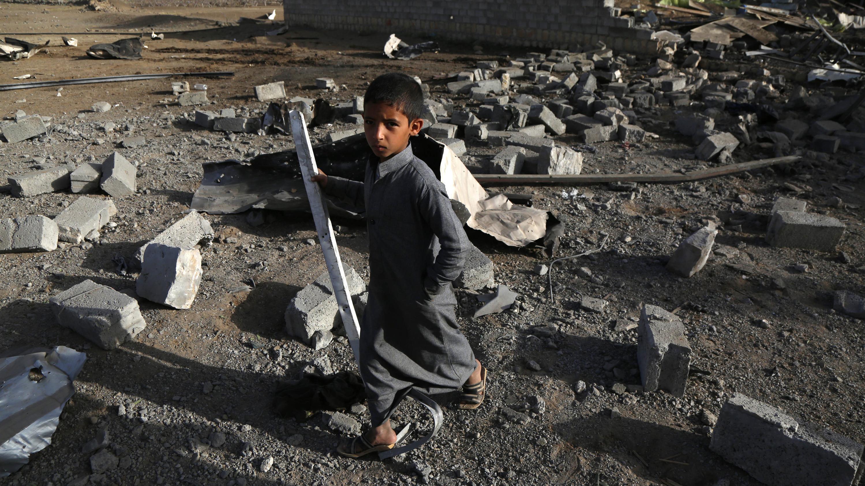 Jemen: Ein kleiner Junge steht in einer Trümmerlandschaft nach einem Luftangriff.