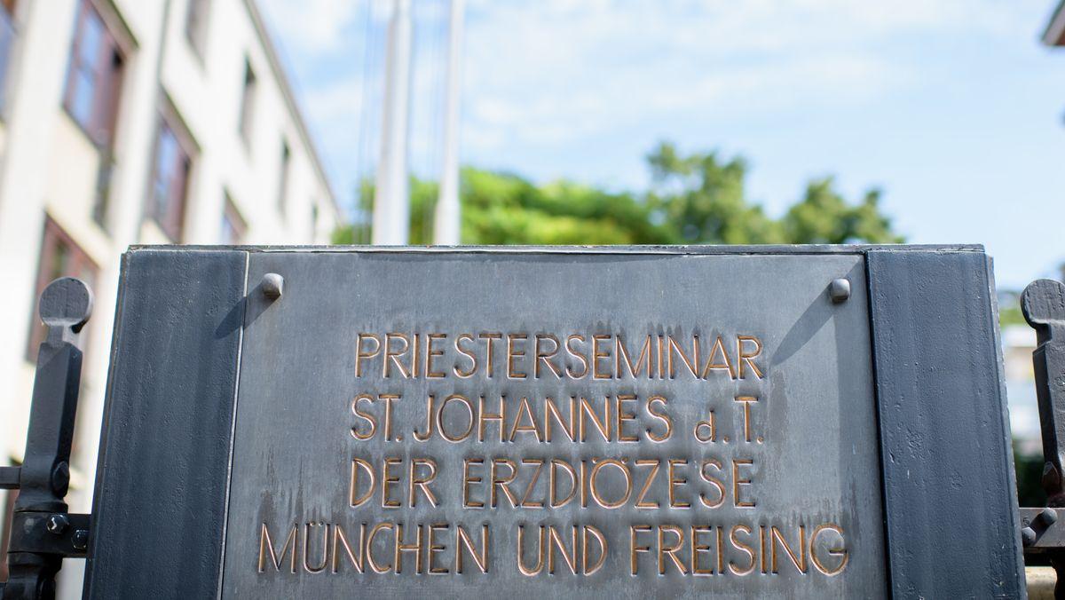 Schild: Priesterseminar der Erzdiözese München und Freising