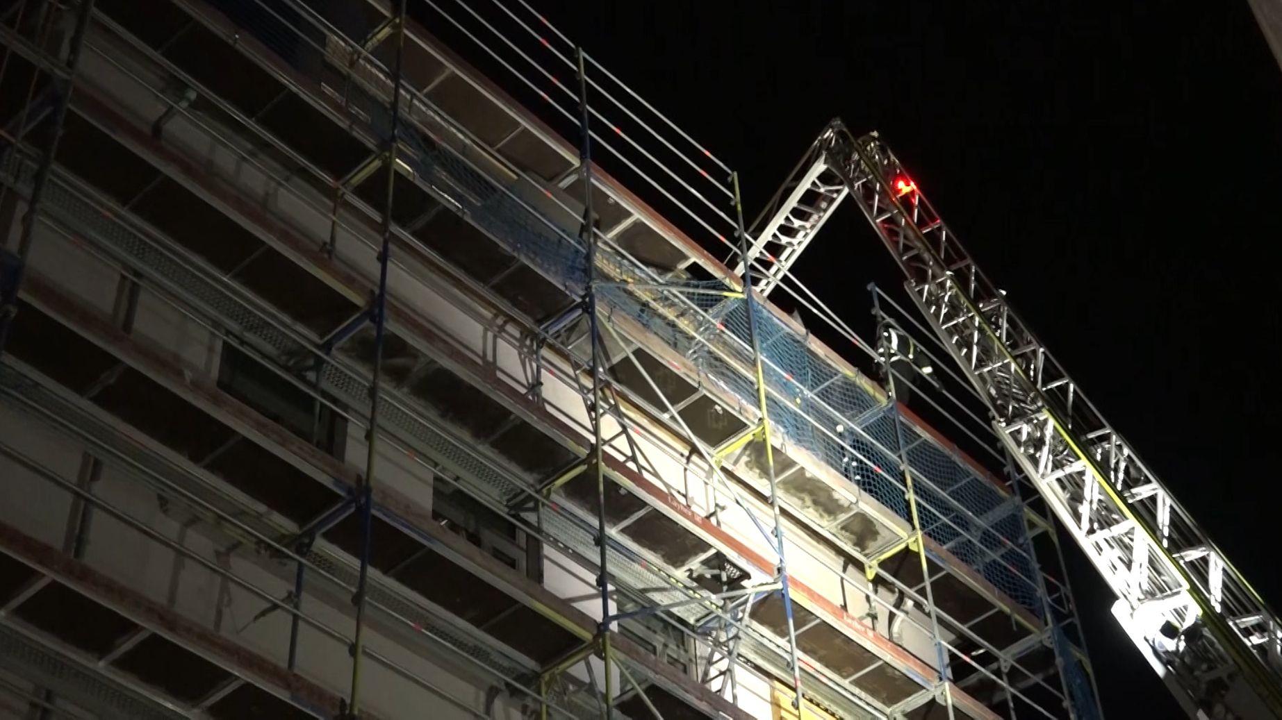 In der Luitpold-Grundschule in Augsburg hat der Dachstuhl gebrannt. Das Feuer ist offenbar bei Schweißarbeiten ausgebrochen.