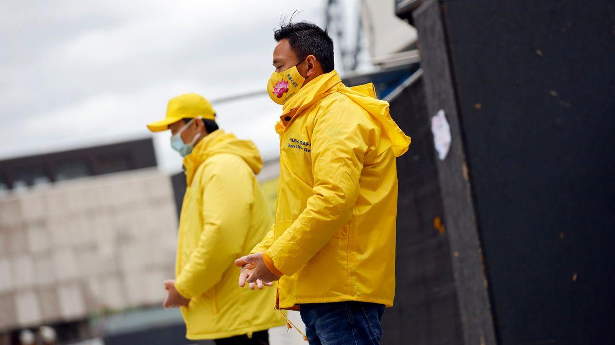 Falun-Gong-Anhänger protestieren auf der Domplatte gegen staatlich organisierten Organraub in China an lebenden Falung-Gong-Praktizierenden.