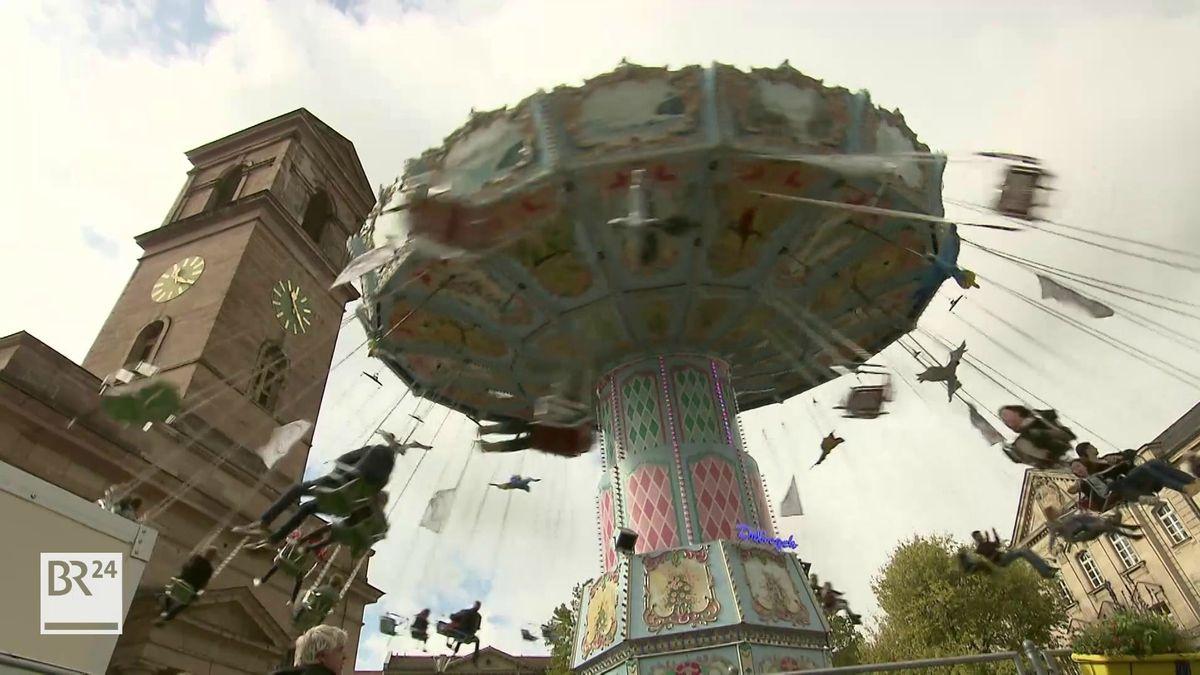 Ein fliegendes Kettenkarussell vor dem Fürther Rathaus