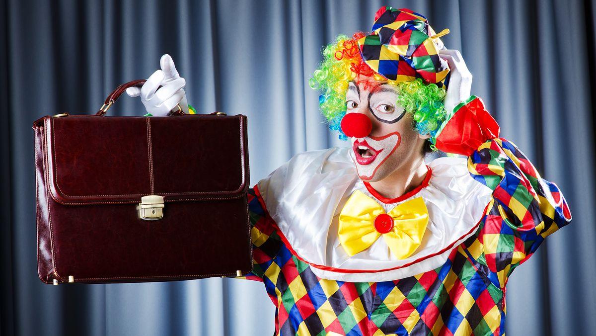 Clown mit Aktentasche