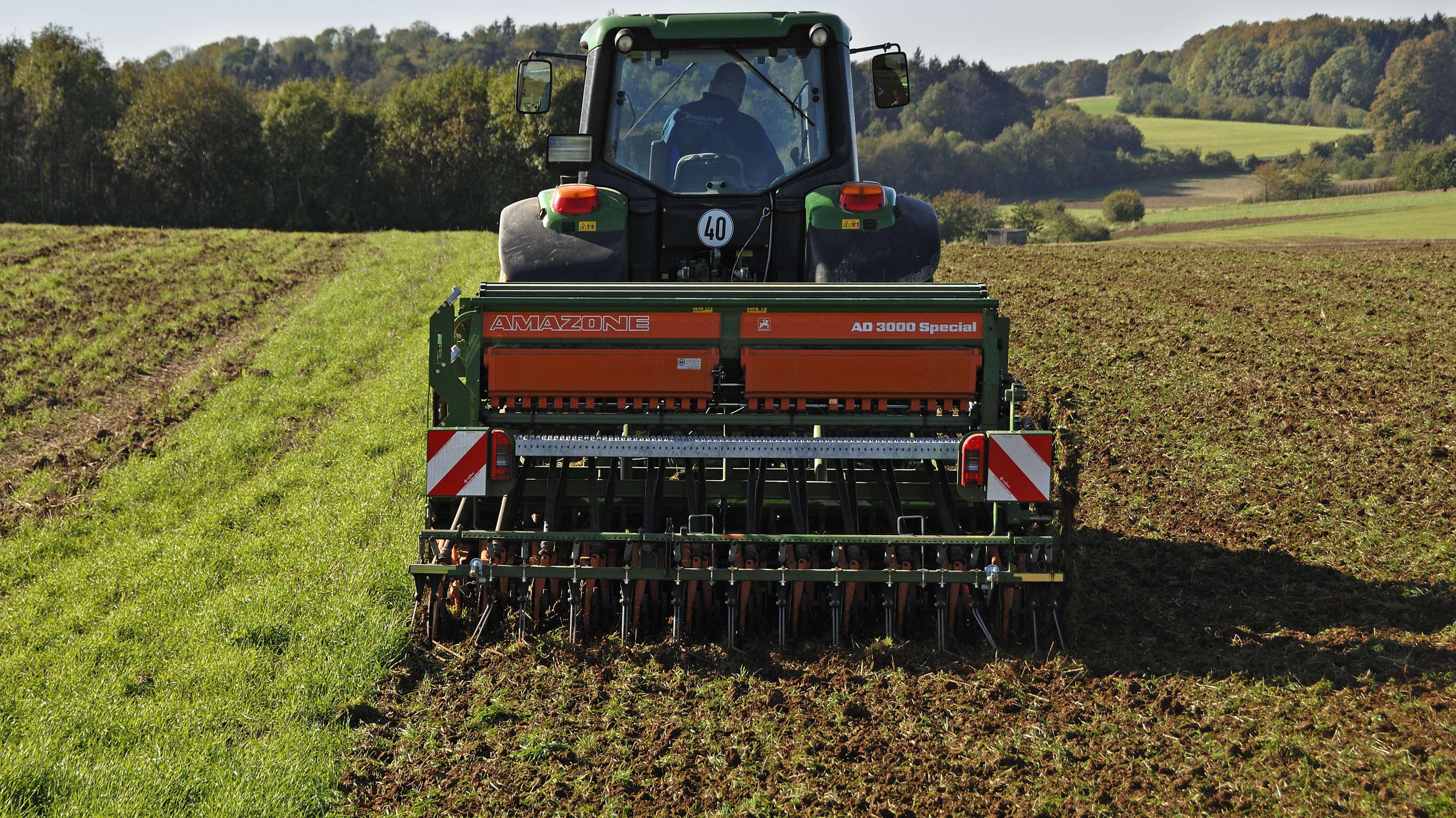 Landwirt im Einsatz auf seinem Feld