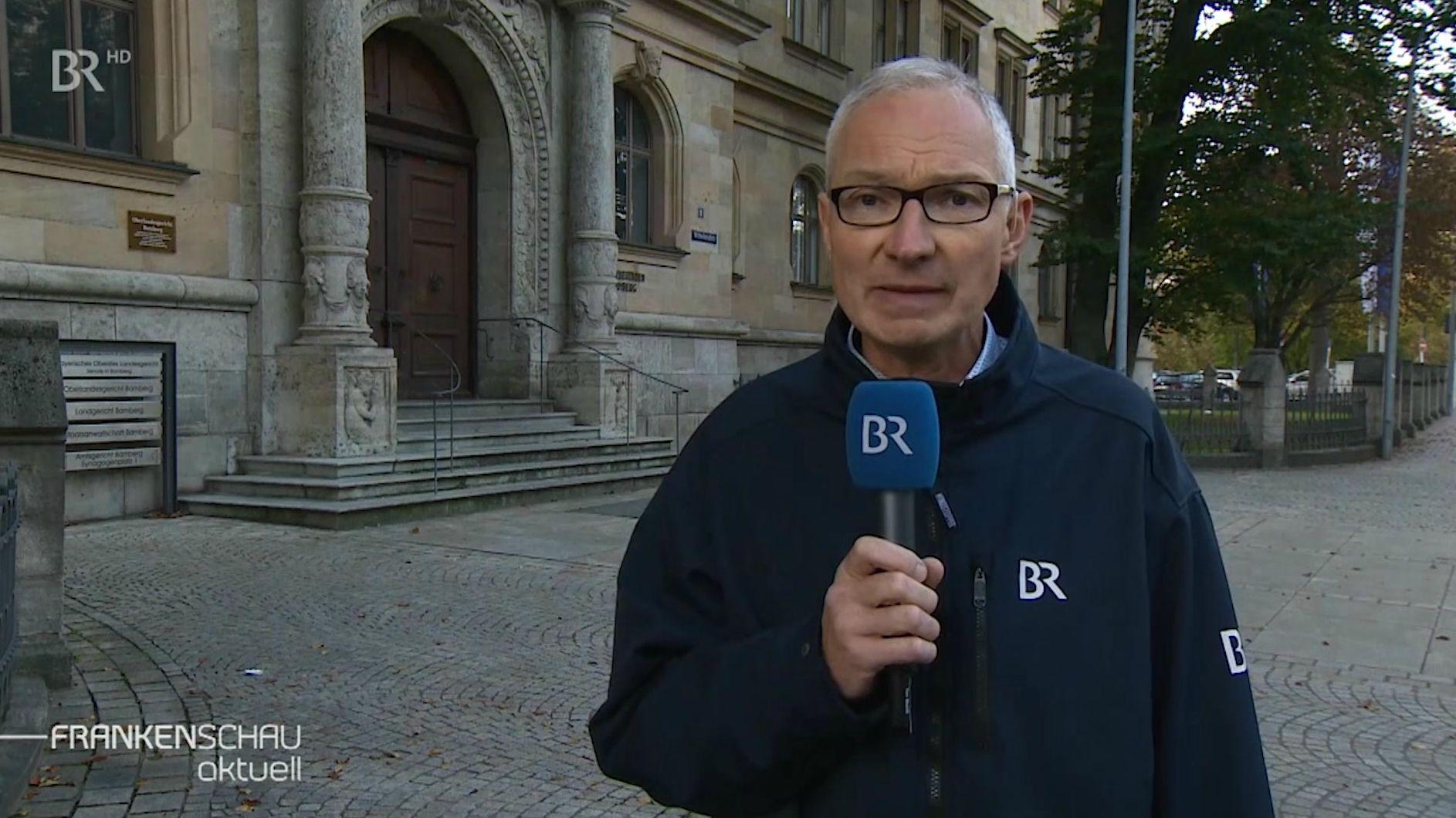 BR-Reporter Norbert Steiche vor dem Bamberger Landgericht