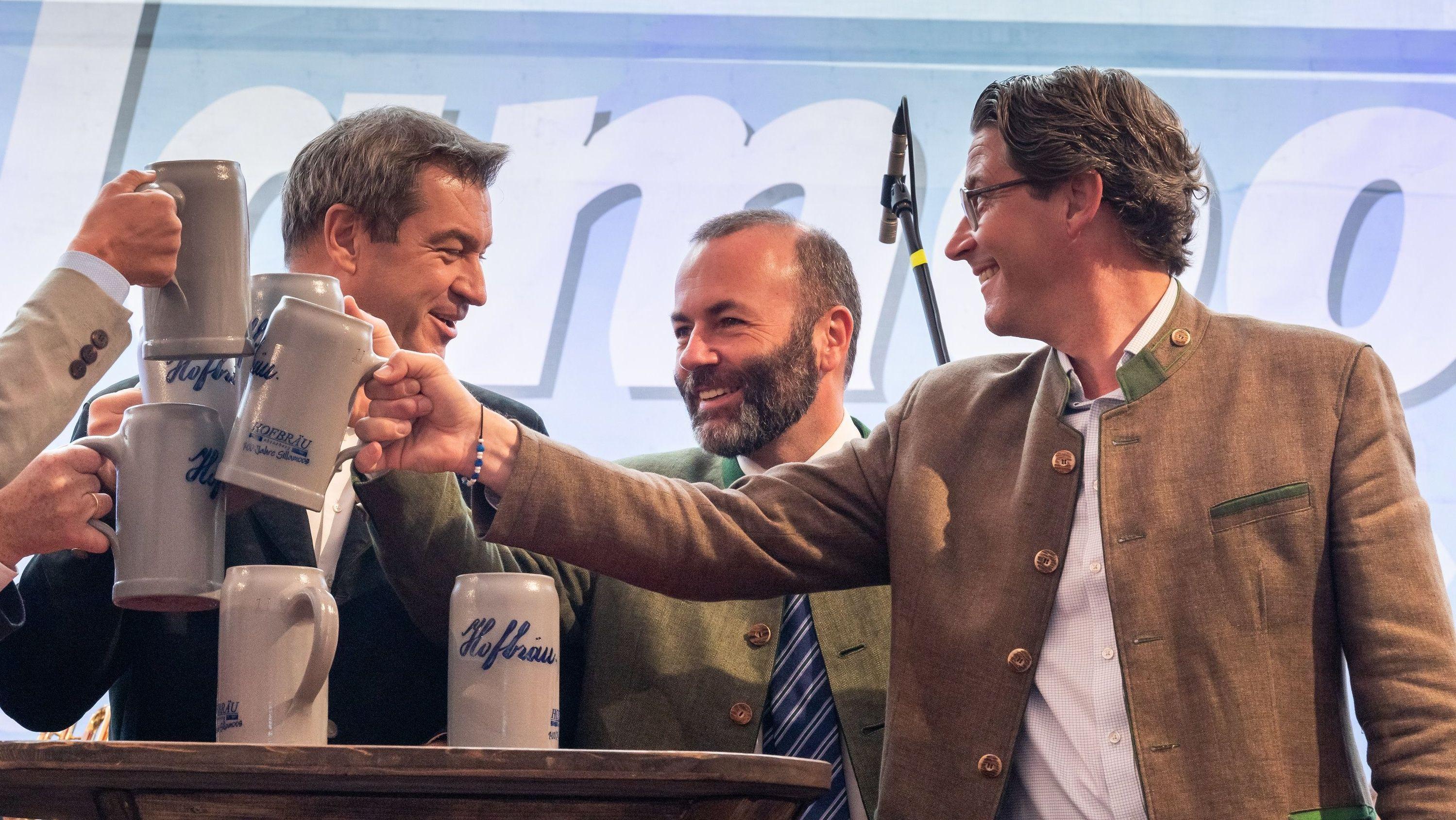 Markus Söder, Manfred Weber und Andreas Scheuer stoßen beim Gillamoos an
