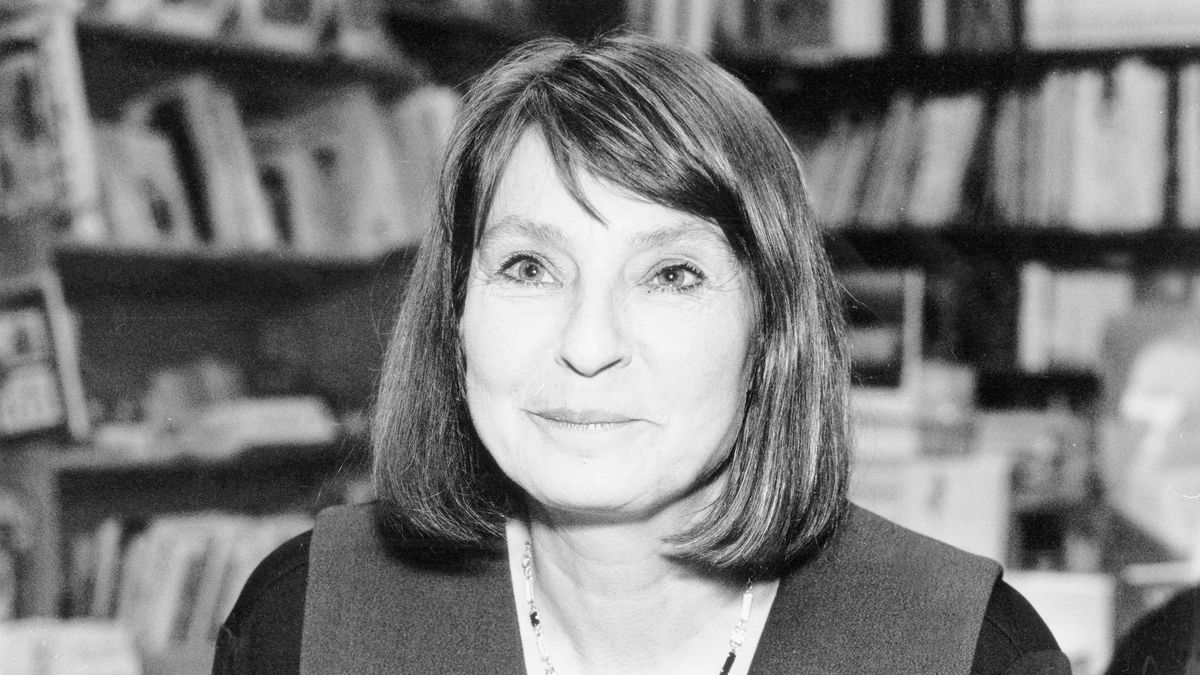Monika Maron 1996 vor Bücherregalen