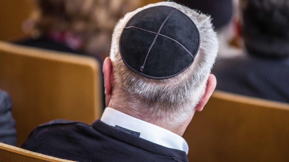 Symbolbild: Ein Mann mit Kippa  sitzt in einer Münchner Synagoge