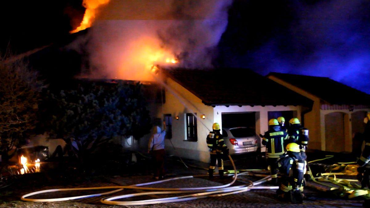 Flammen schlagen aus dem Dach eines Wohnhauses in Schöllnach im Kreis Deggendorf