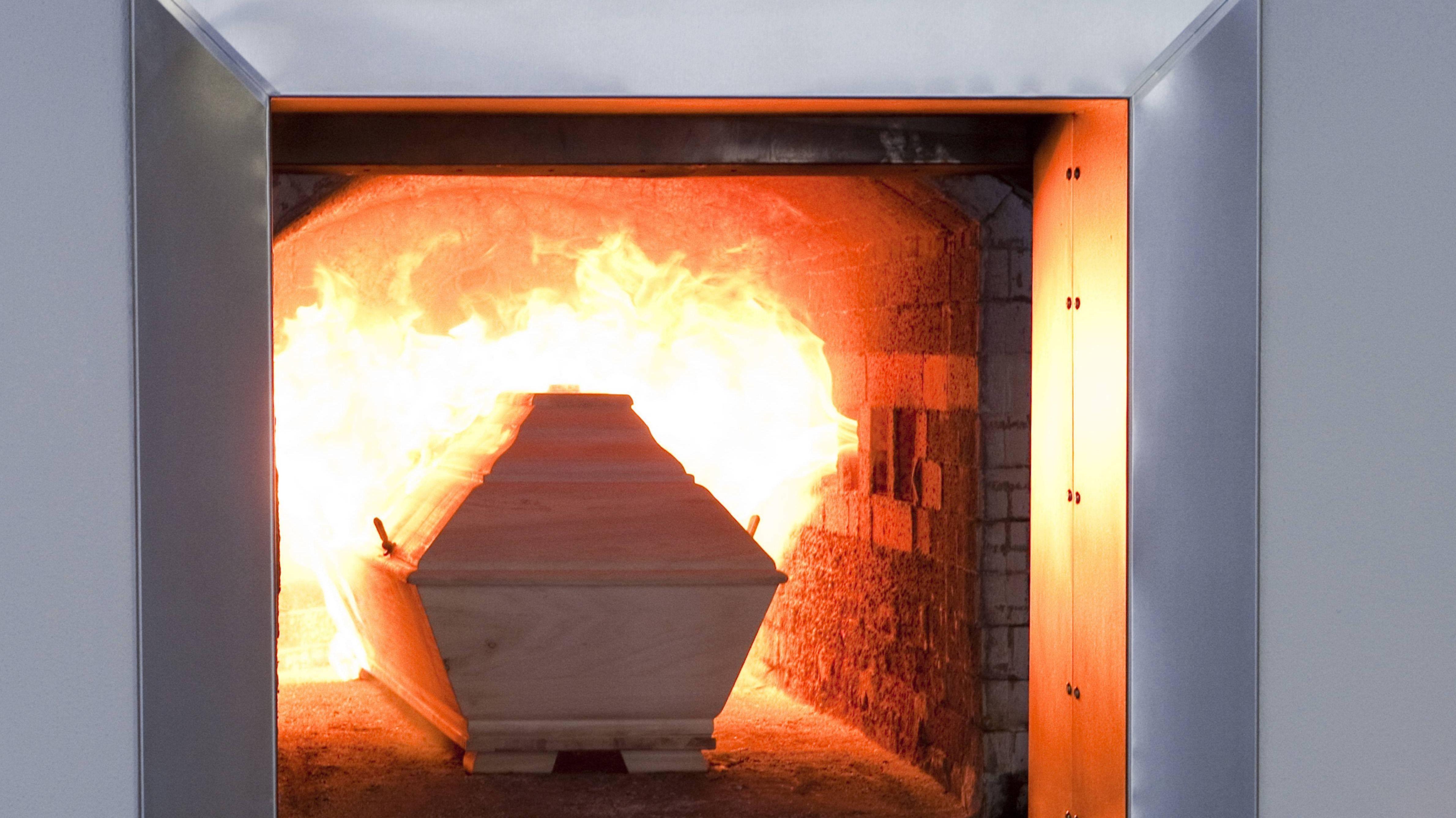 Sarg wird im Ofen eines Krematoriums