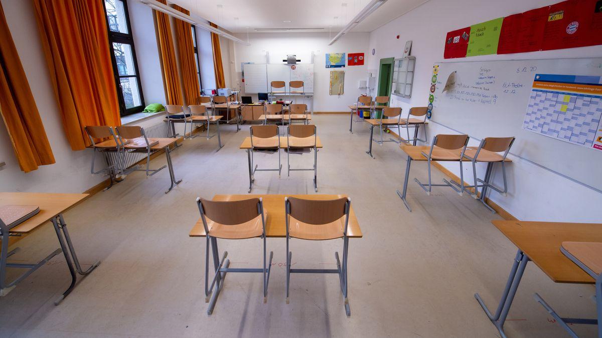 Archivbild: Leeres Klassenzimmer einer bayerischen Mittelschule
