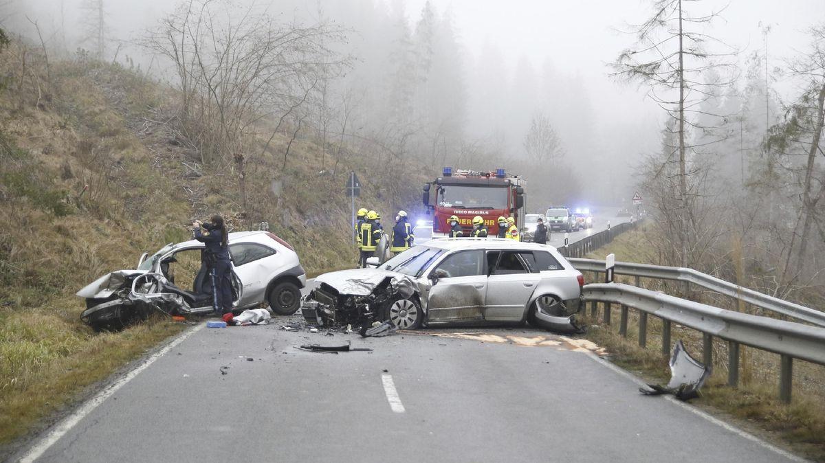 Die Unfallstelle: zwei Pkw mit Totalschaden auf der Fahrbahn