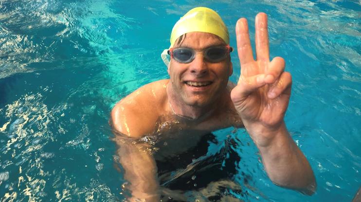 Stefan Weidner im Schwimmbecken