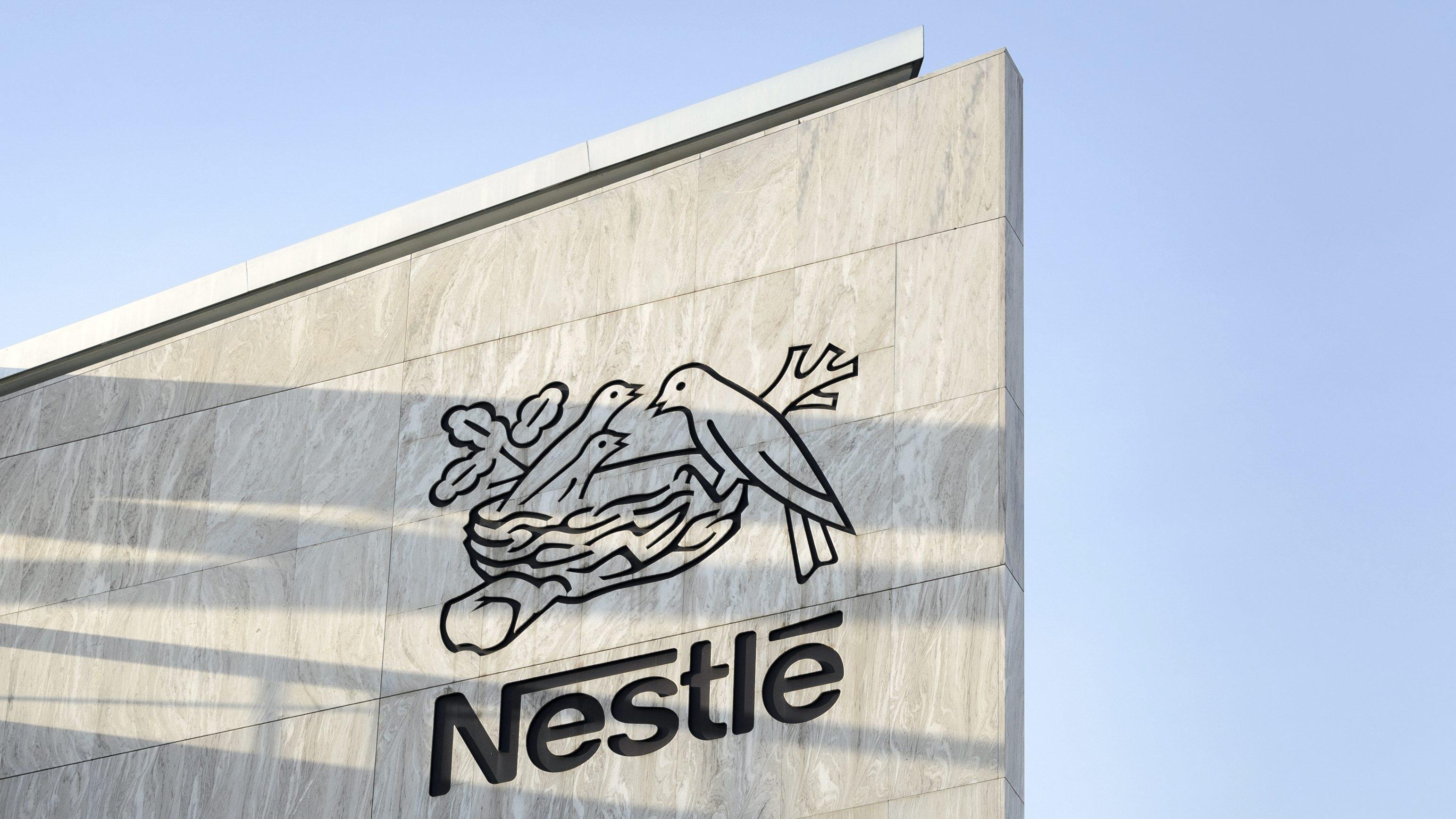 Nestlé-Schriftzug und -Logo am Firmensitz im schweizerischen Vevey.